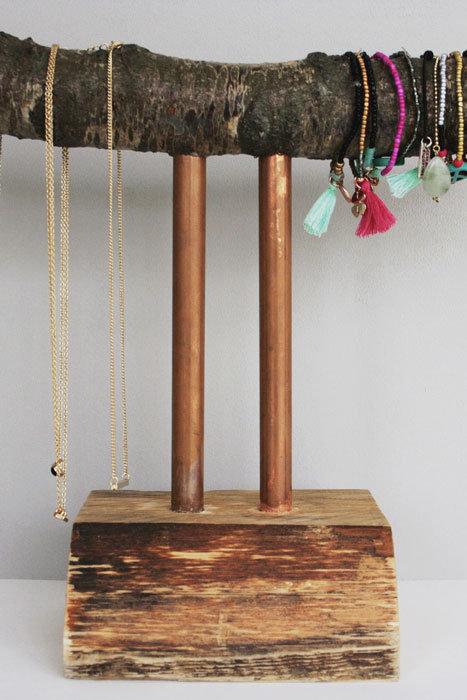 Sieradensteun gemaakt van een omgewaaide berkenboom